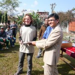 lizzy hawker receiving prize annapurna 100 nepal